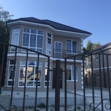 Вид дома и въезд на территорию комплекса